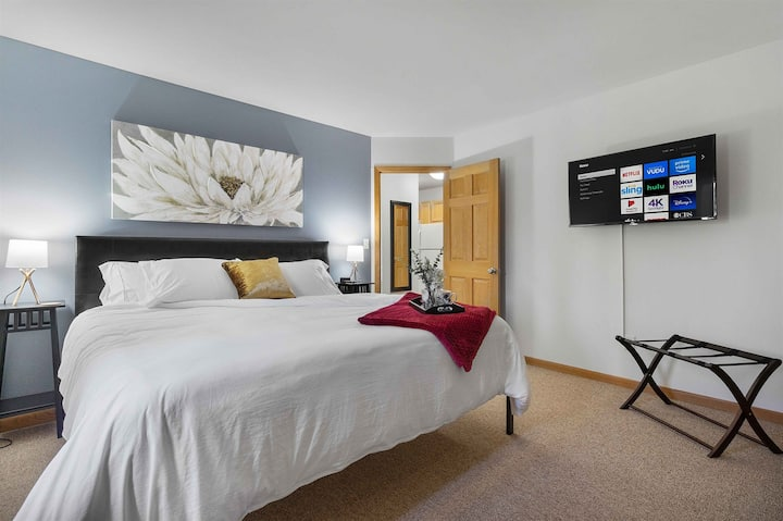 Near Froedtert✦King Bed✦Fast WiFi✦Underground Parking