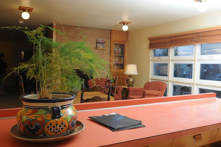 Updated Downtown Flat with Retro Vibe, Bunk 2 - Kalispell - Apartment