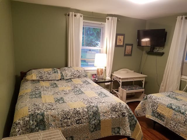 Private Room w/ 2 Beds near 6 Flags