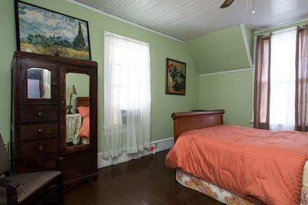 Roan Mtn Room Mtn Appalachian Inn - Old Fort - Bed & Breakfast