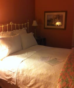 Queen Room - Glen Rose - Bed & Breakfast
