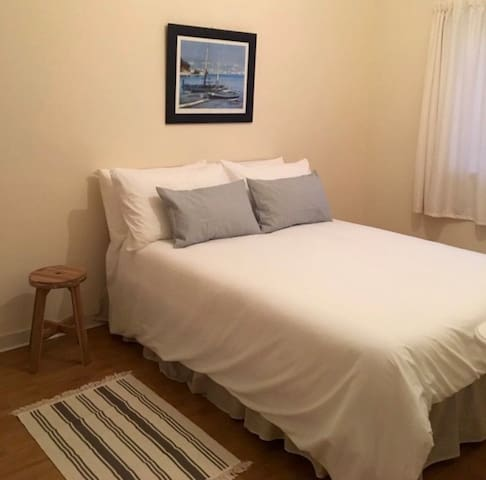 Cosy Coastal Cottage, 2 Bdrm, 200m from the beach
