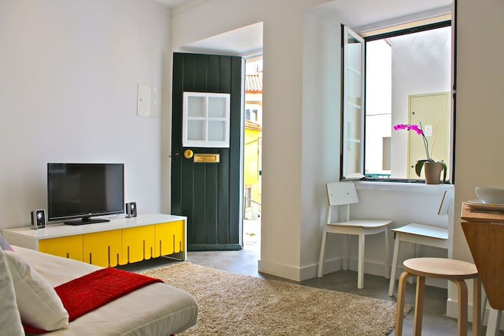 Cozy Alfama Yellow Apartment