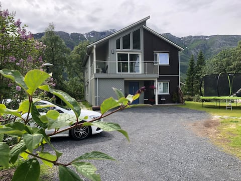 Modern, licht appartement centraal gelegen in Mosjøen.
