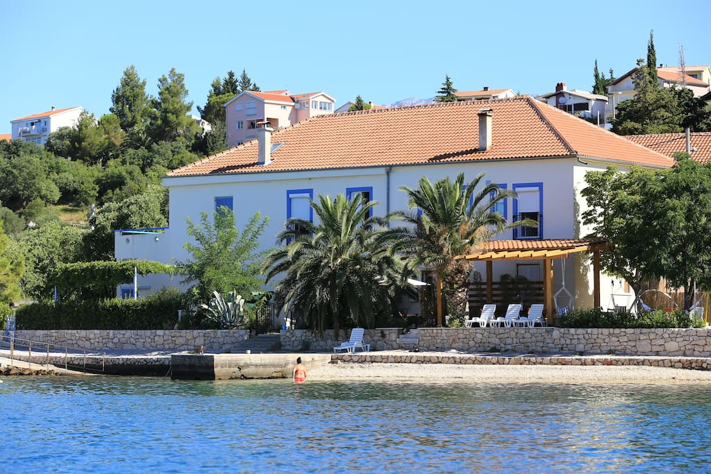 House directly on the pebble beach, facing the sun, consists of 8 bedrooms Sleeps 20, Beds for 20