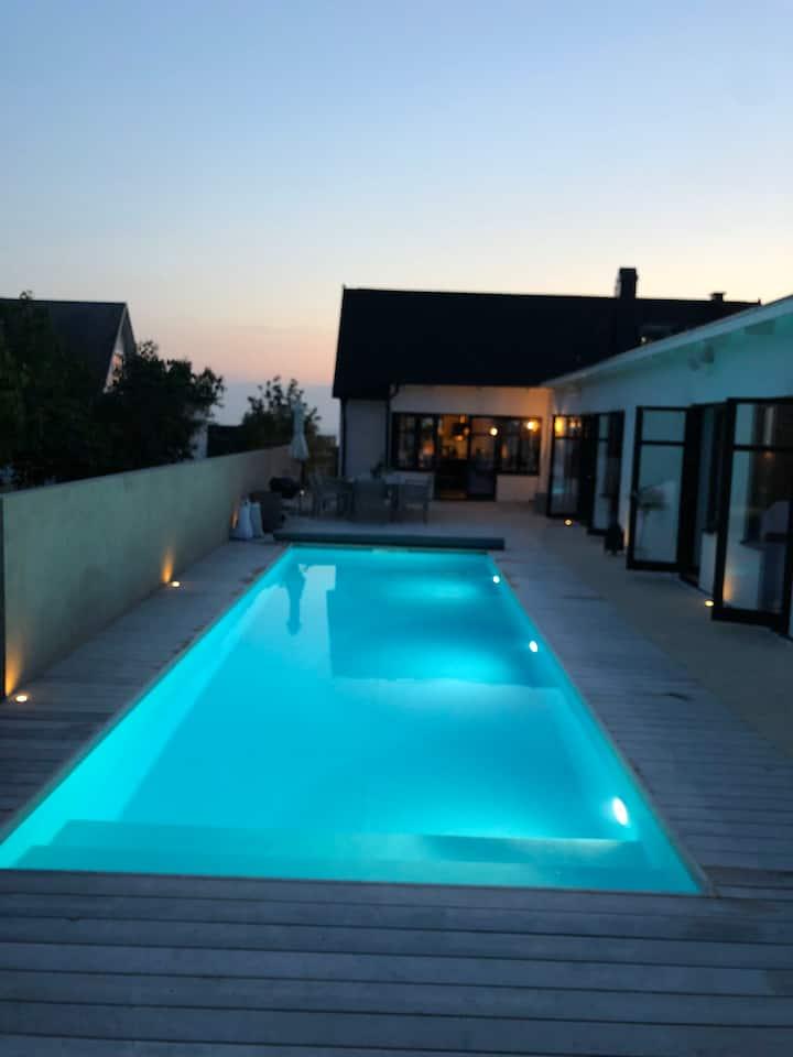 Skånehus med pool nära havet i genuin fiskeby.