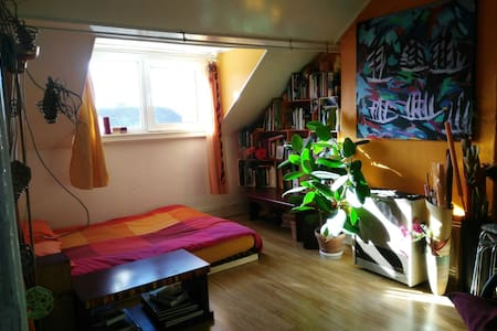 Colorful cosy apartment, close to the centre. - Schaarbeek - Lakás