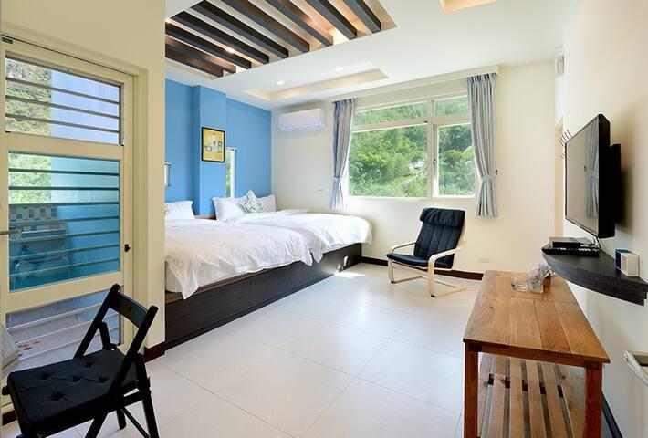 402 Quad room. Mountain & Corner Ocean view