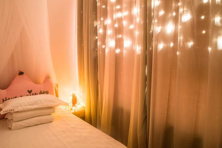 周水子机场和星海广场之间铁沿线国际青年旅舍浪漫公主单人房