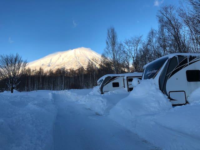 ニセコまで約25分!RVトレーラーで友達と家族と雪の北海道をキャンプ気分を満喫しよう!