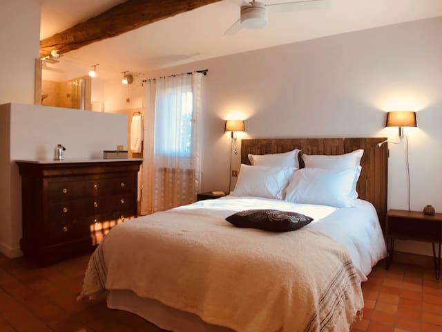 Etage : suite (lit double), avec espace salle d'eau.