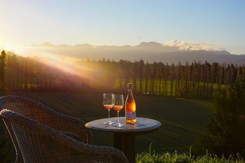 Romantic Getaway -Luxury Cottage  Above Vineyards