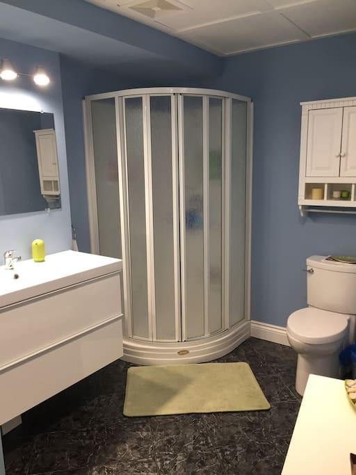 Salle de toilette avec douche privée