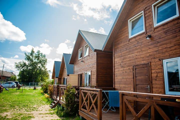 Domki drewniane nad morzem w miejscowości Wicie
