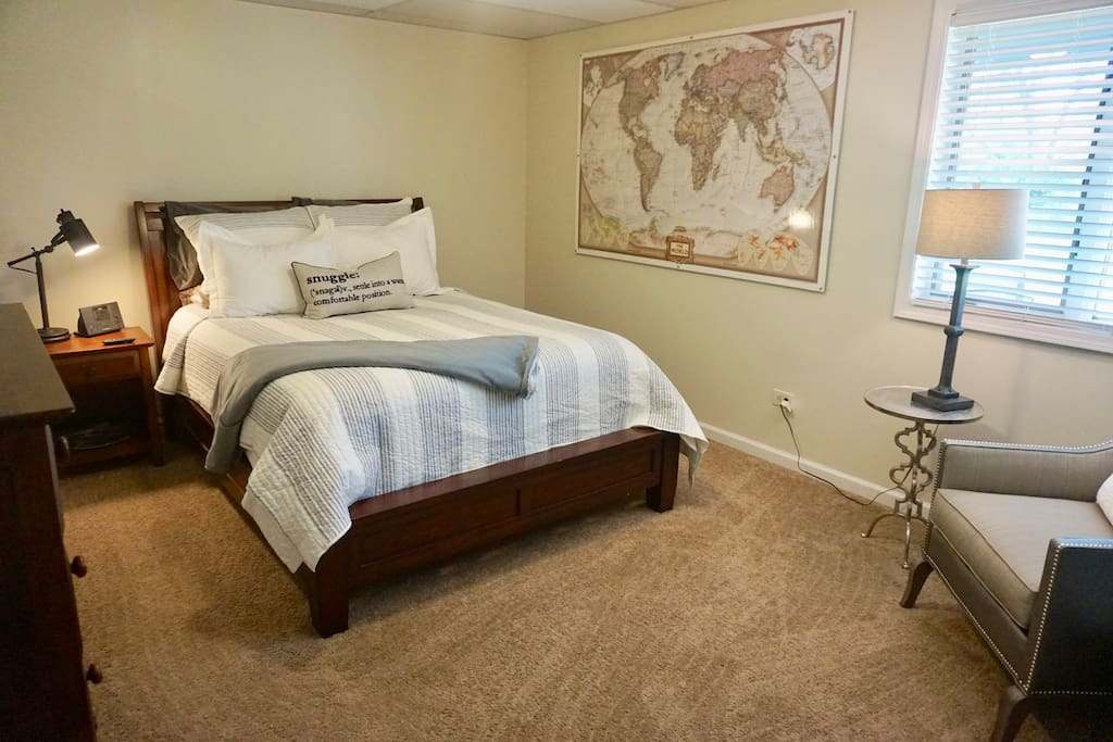 Relaxing and clean private room with a queen bed.