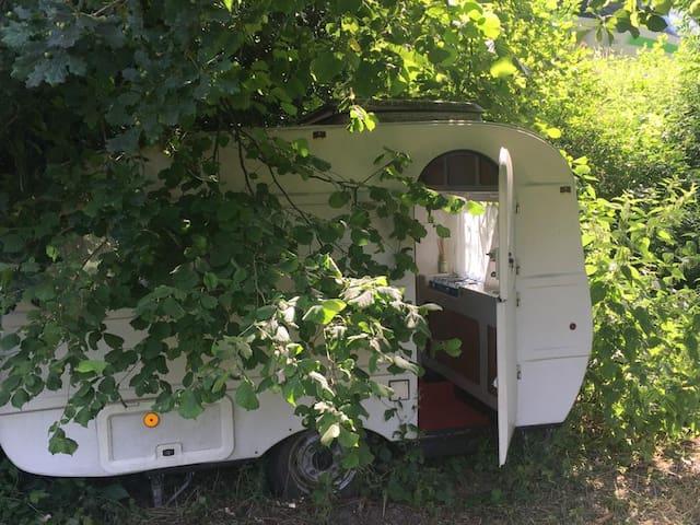 Kleiner weißer Wohnwagen mitten in der Natur