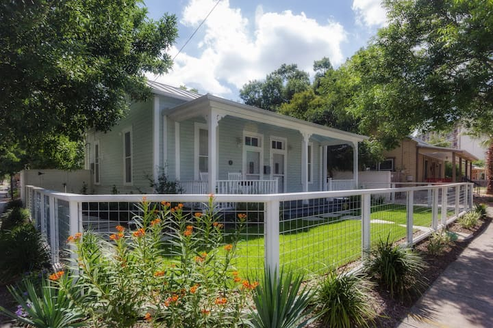 Cozy Southtown Cottage near all the good stuff!