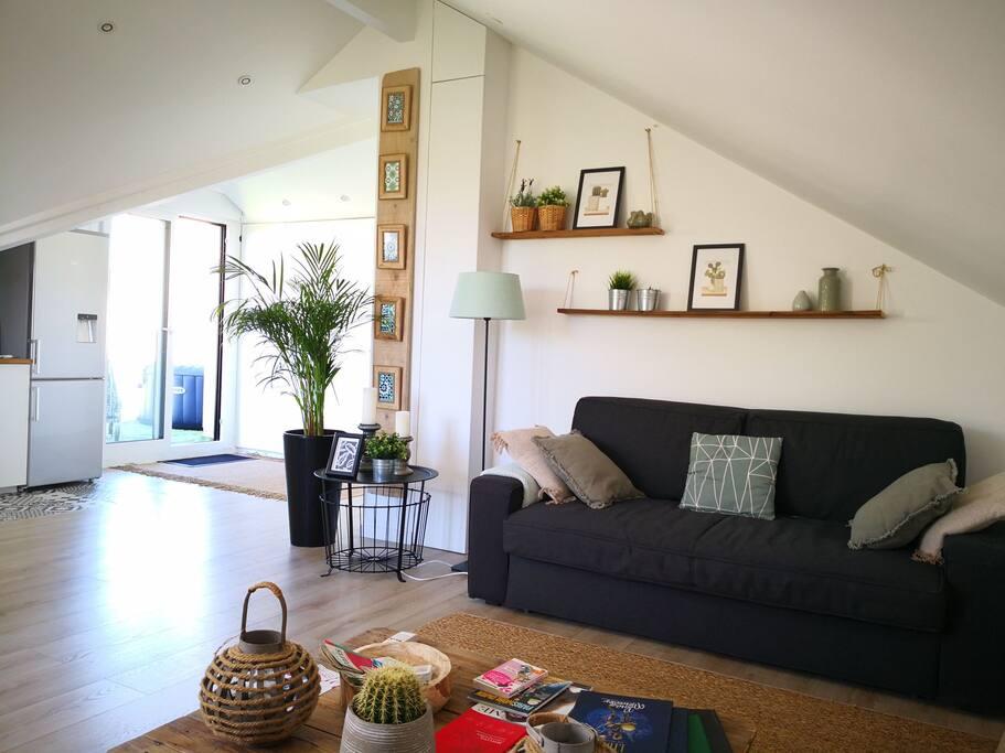 Coin salon avec canapé lit très confortable (vrai matelas)