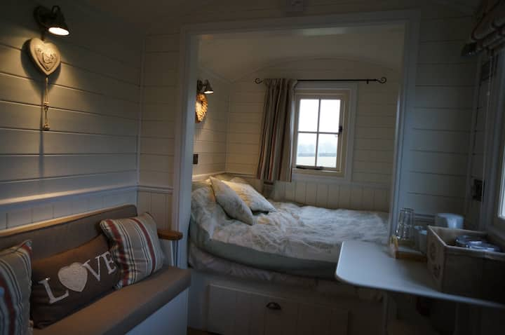 The Bolt Hole - Shepherds Hut, breakfast included