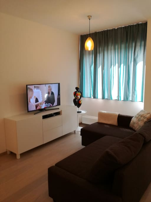 Cosy studio with free high speed wifi, international TV channels and bluray