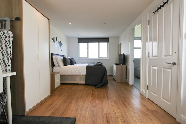 Spacious Loft En Suite Bedroom in Dollis Hill! BR7