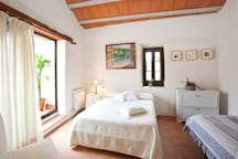 Double room with an individual bed