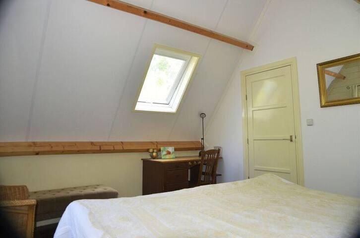 Slaapkamer op eerste etage met dubbel bed