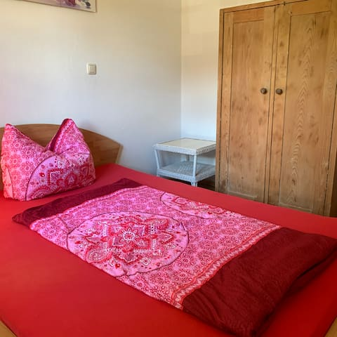 Zweites Schlafzimmer.  Second bedroom.