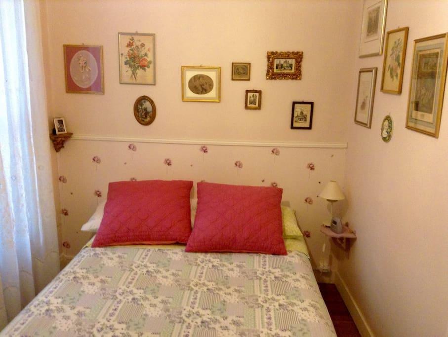 La stanza da letto . Bedroom .