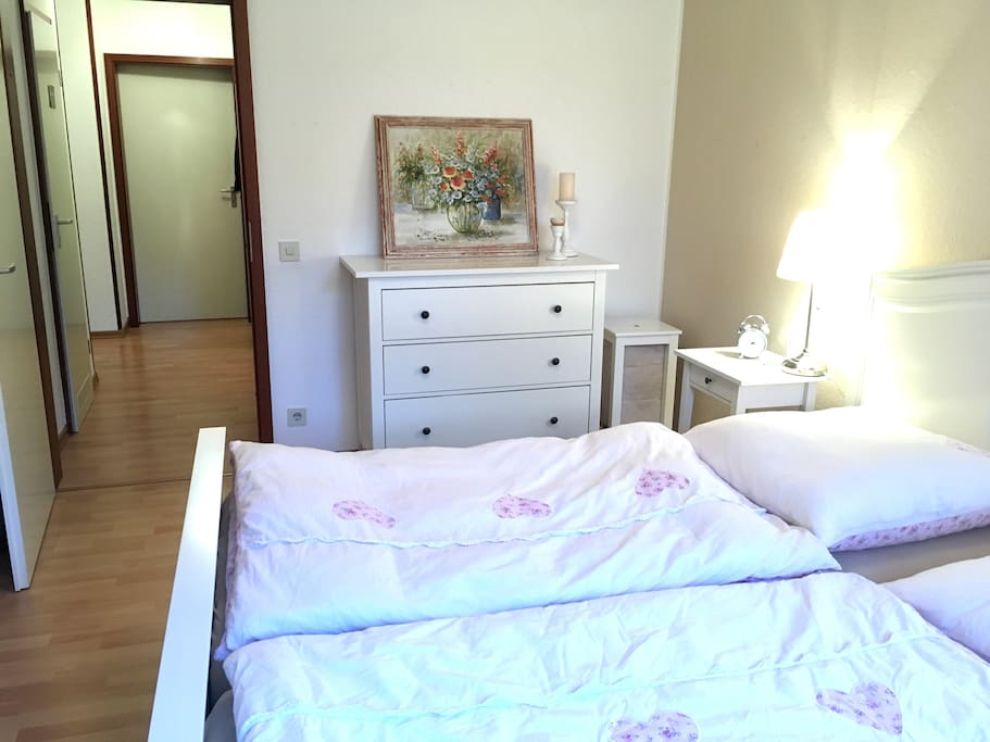 Schlafzimmer mit Blick zum Flur