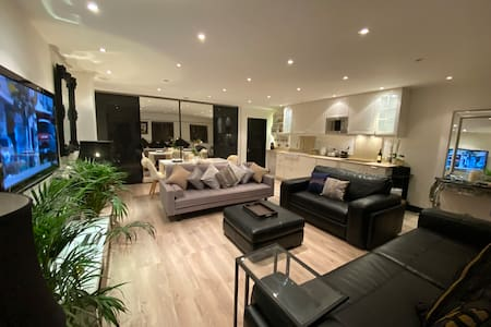 Stunning luxury private Mews in Cockfosters.