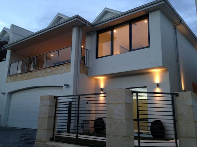 Beautiful Scarborough Beach Holiday House - Scarborough - House