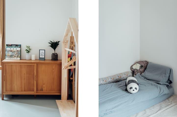 单人榻榻米非常适合大小朋友,房间里也有玩具和绘本,非常适合带小朋友出行的家庭