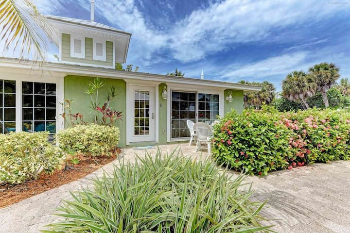 Stylish dog-friendly seaside cottage with a shared pool and community Tiki hut!
