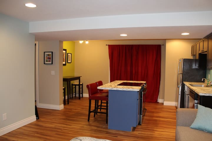 Bright and Light Suite on a Wooded Lot, Private! - Chatham - Apartment