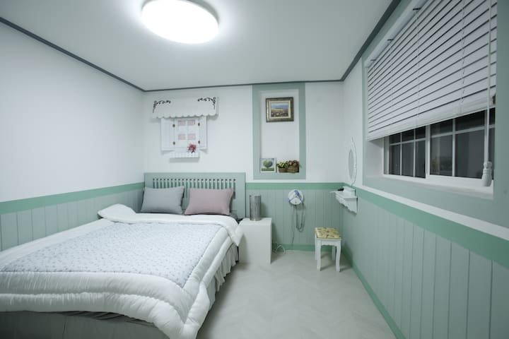 더블침대와  매트리스가 구비된  침실