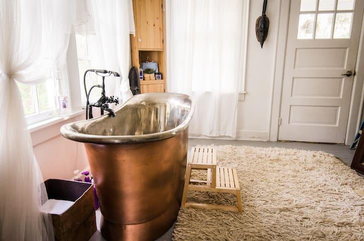 Nature Lovers Dream Suite w/Romantic Copper Bath