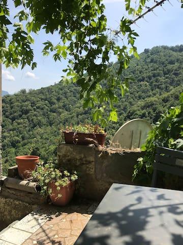 Petite terrasse sur la rivière Aucun vis à vis.