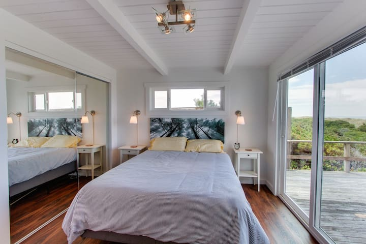 Cute oceanfront cottage with private deck and beautiful views