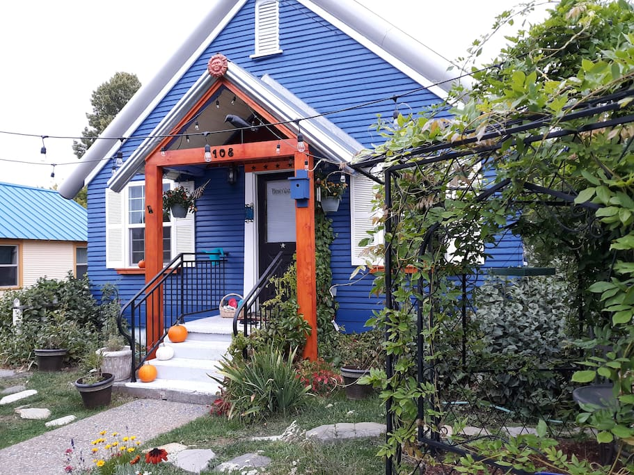 Welcome to Faeryvale! A vintage, 100 year old cottage right in the heart of downtown. The inside is fully renovated with magical touches to delight you!