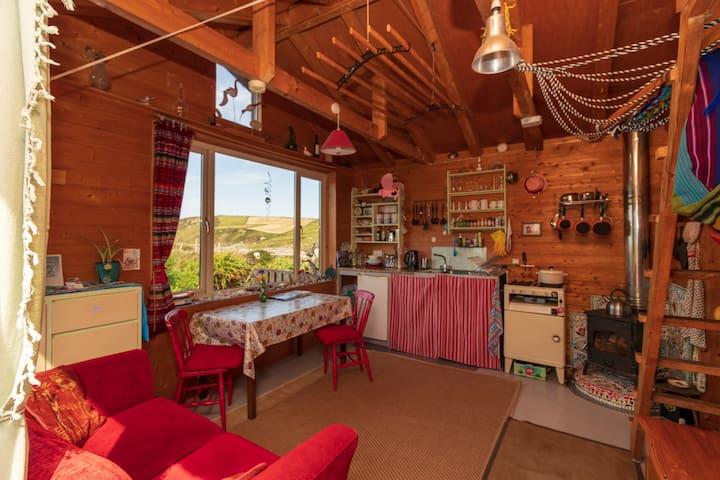 Cosy coastal eco-cabin with stunning ocean views