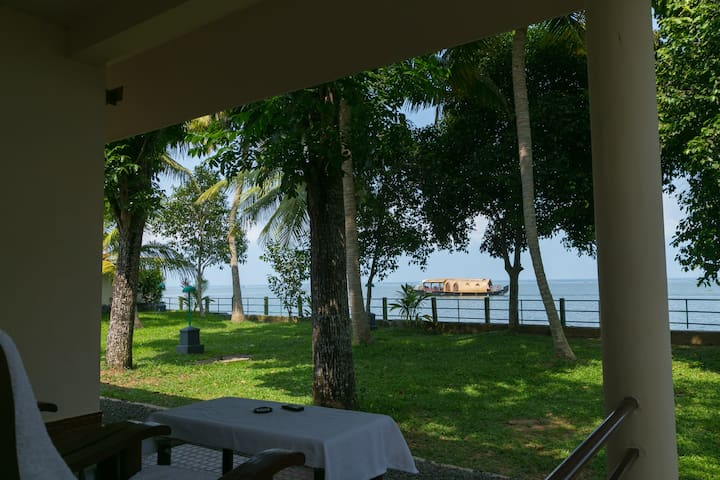 5 Lakeside A/c Rooms for 10 Persons in Kerala - Kumarakom - Villa