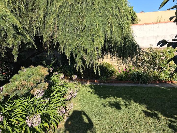 Casa 2 quartos com jardim a 5 min da praia