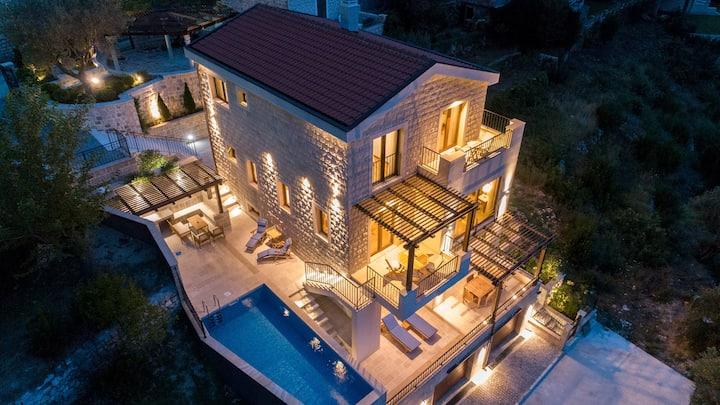 Luxury Sunset Villa with Amazing Seaview & Pool