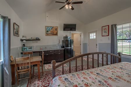 Jacquelyns Retreat 5 Mins from Town Private Studio