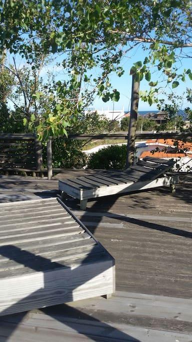 En la terraza de la casa existe un solárium desde el cual se ve el mar