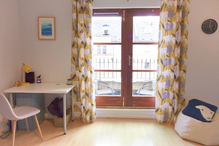 Double room & private bathroom - central Edinburgh