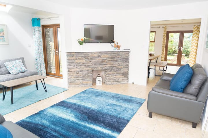 Dingle TownLand - Holiday home. (free parking)