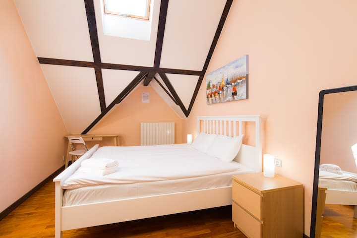 Stylish Room, 3 metro stops from Old Town!!