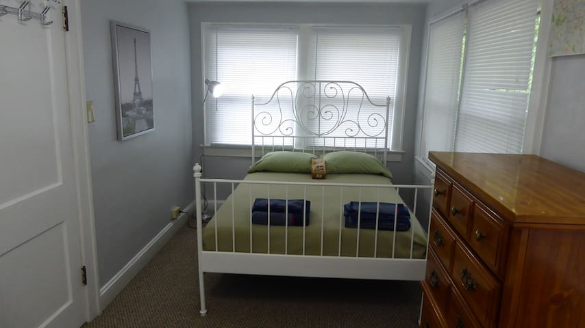 Nice room in Brookside/Plaza/UMKC area